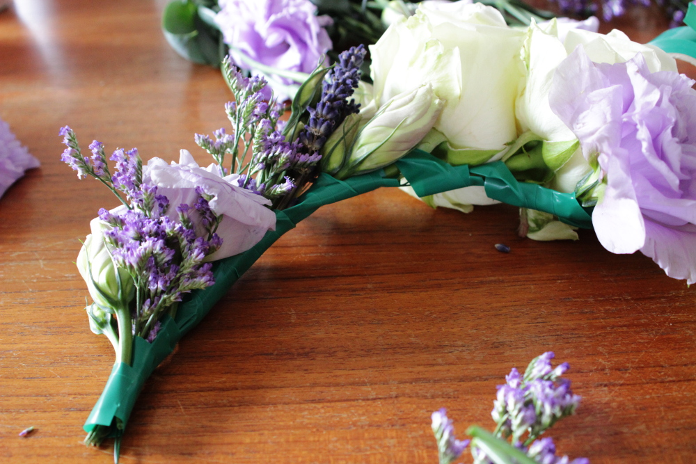 Brautschmuck haare echte blumen  Blumenkranz aus echten Blumen für die Braut selber machen