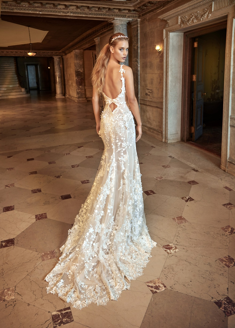 Brautkleid von Galia Lahav mit besonderem Rückenausschnitt