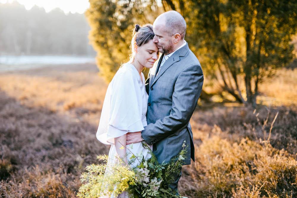 Braut und Bräutigam Sonne Heidelandschaft