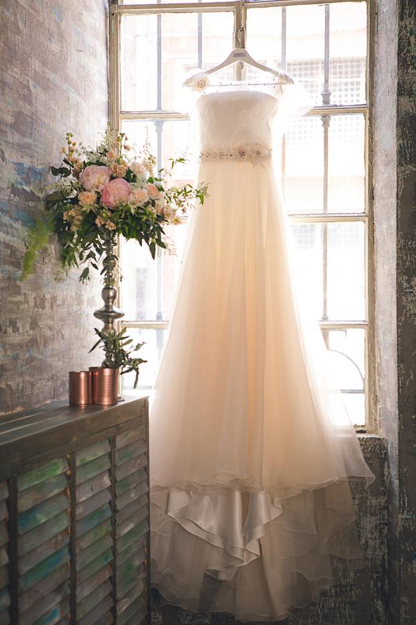 Bezauberndes Brautkleid im natürlichen Stil passend zum Greenery Trend fotografiert von Fotografa Matriminio