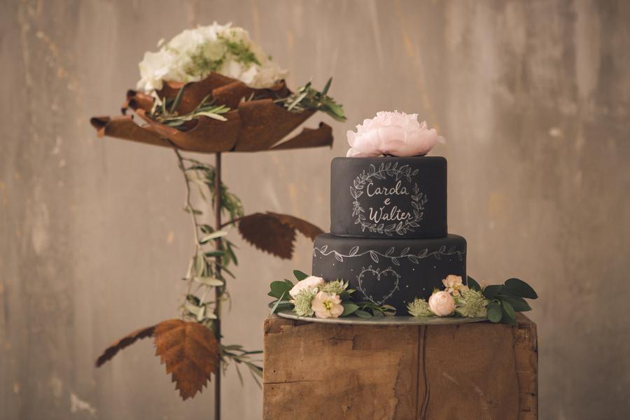 Außergewöhnliche Hochzeitstorte als Kontrast zum perfekten Greenery Trend fotografiert von Fotografa Matriminio