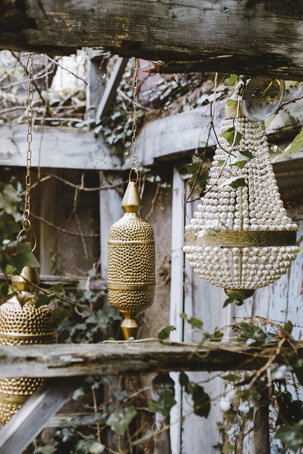 Hängende Dekoration aus Lampen und Laternen für die Hochzeit im Orient-Trend auf Brautsalat