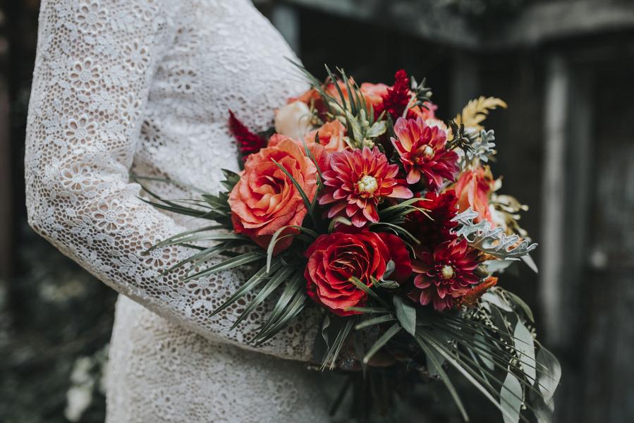 Rote Blüten im Brautstrauß für die Braut auf der Hochzeit im Orient-Trend auf Brautsalat