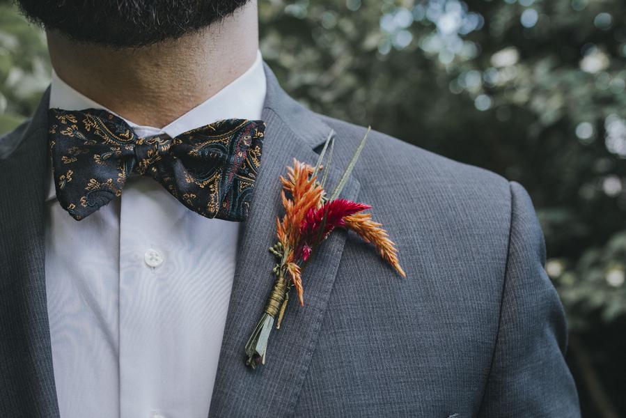 Boutonnière für den Bräutigam auf der Hochzeit im Orient-Trend auf Brautsalat