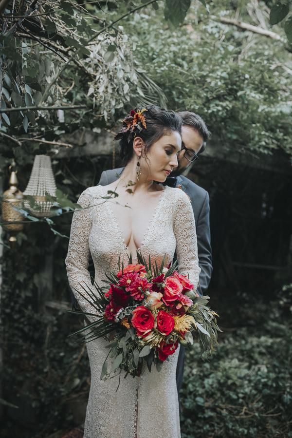 Braut und Bräutigam mit Braustrauß für die Hochzeit im Orient-Trend auf Brautsalat