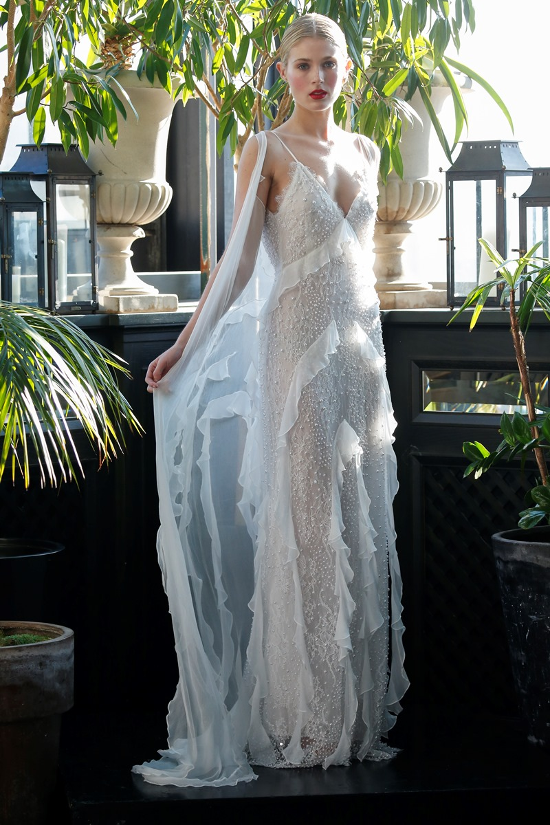 Fließendes Brautkleid mit Spitze von Francesca Miranda auf dem Hochzeitsblog Brautsalat