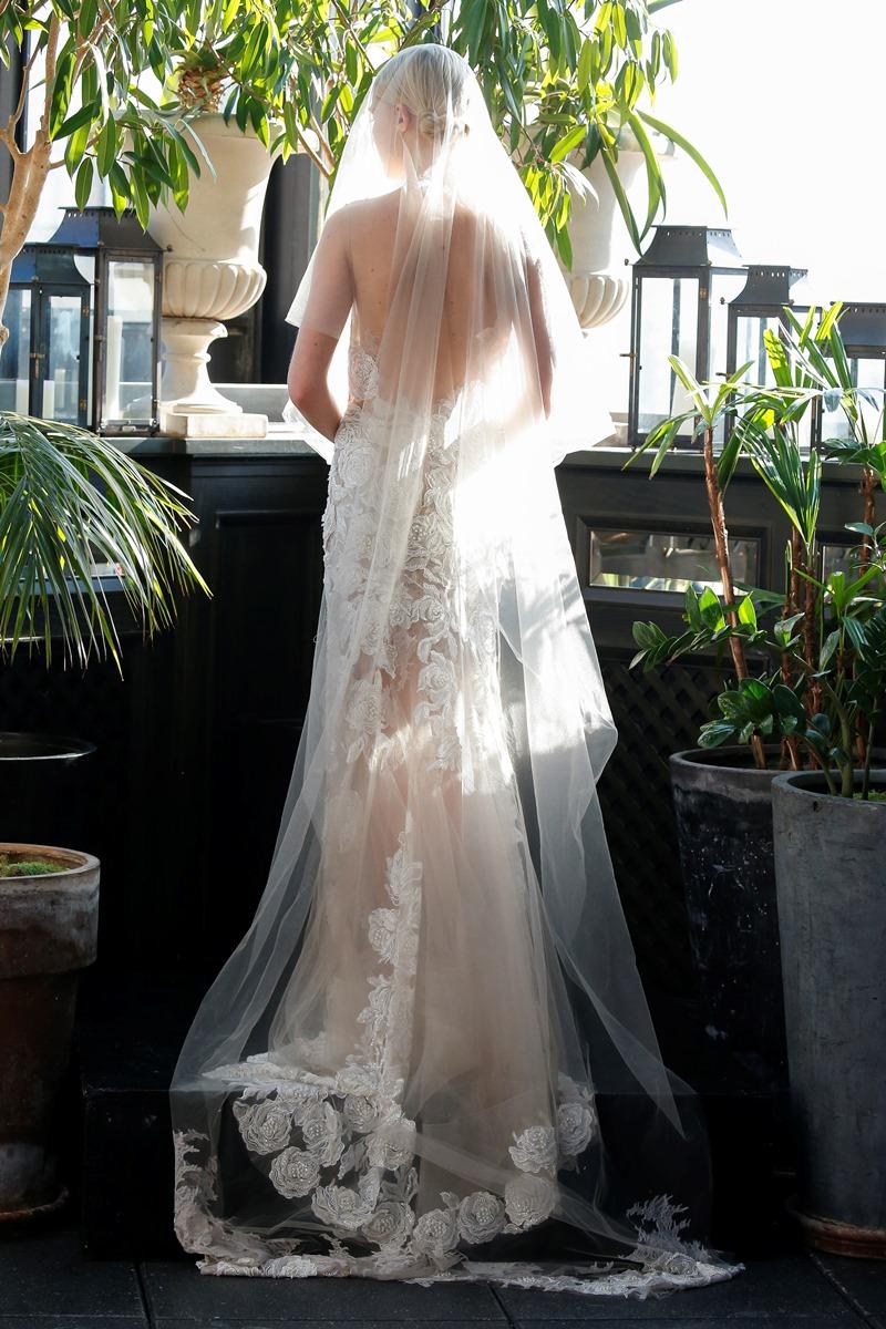 Rosen Spitzenapplikation Brautkleid von Francesca Miranda auf dem Hochzeitsblog Brautsalat