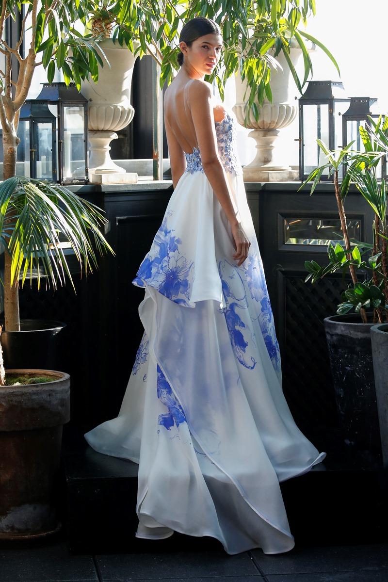 Brautkleid mit blauen Akzenten von Francesca Miranda auf dem Hochzeitsblog Brautsalat