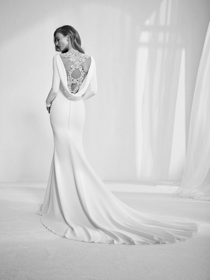 Rückenausschnitt Strass Brautkleid Pronovias Preview Kollektion 2018 Hochzeitsblog Brautsalat